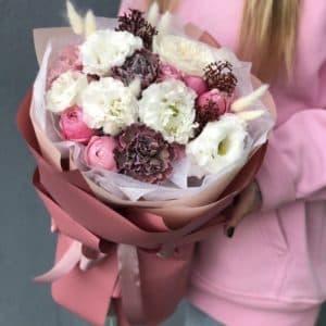 Букет из эустомы, пионовидной кустовой розы, диантуса и лагуруса Шардонне