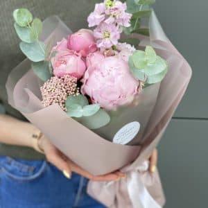 Букет из пиона, пионовидной розы, маттиолы и озотамнуса Нинель