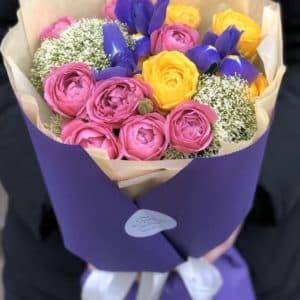 Букет из пионовидной кустовой розы, ирисов и трахелиума Космос