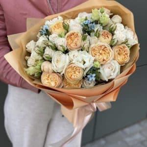 Букет из пионовидной кустовой розы, оксипеталума и эустомы Сладкий поцелуй