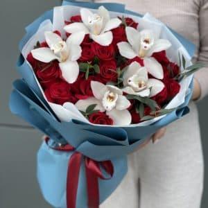 Букет Изумруд из красных роз и цимбидиума