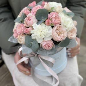 Коробка Клео с кустовыми пионовидными розами