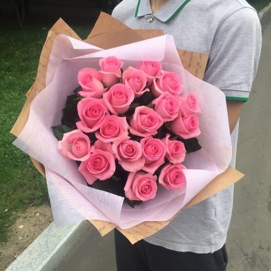 19 розовых роз в дизайнерской упаковке