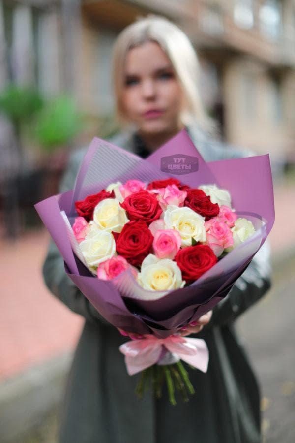 Букет из белых, розовых и красных роз