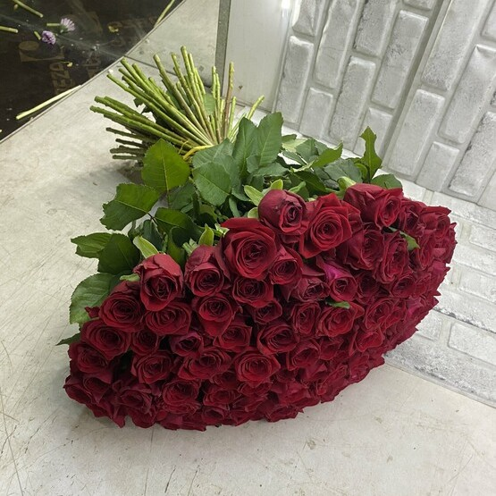 101 из красных роз