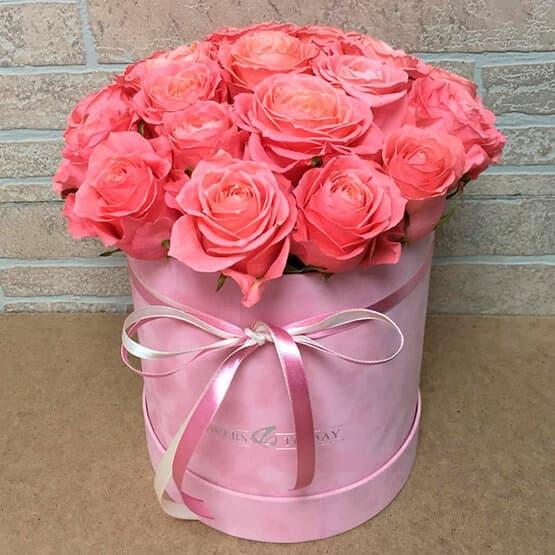 19 розовых роз в бархатной коробке