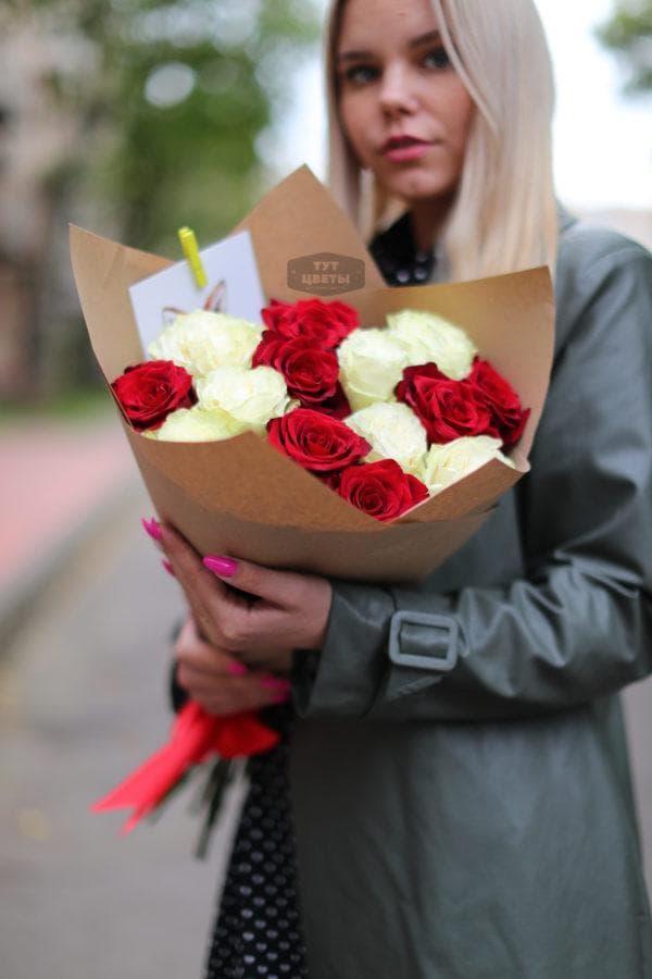 Букет из 15 роз красных и белых