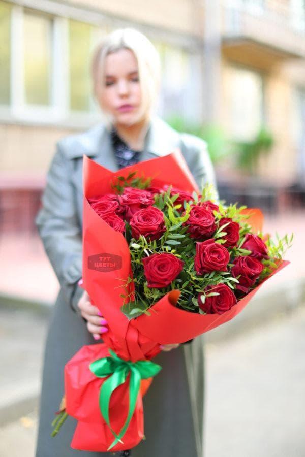 """Букет """" 19 красных роз с фисташкой"""""""