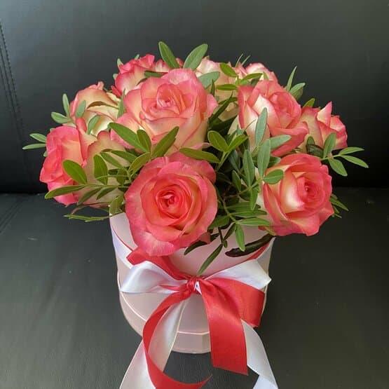 9 роз Джумилия в розовой шляпной коробке