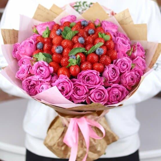 Букет из пионовидных роз с клубникой и голубикой. N675