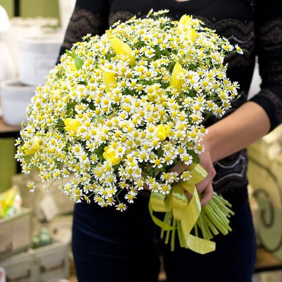 Букет из ромашек и желтых тюльпанов Сияние