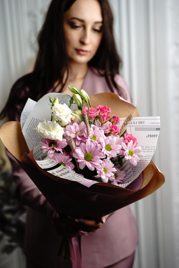 Букет из шикарных хризантем и роз