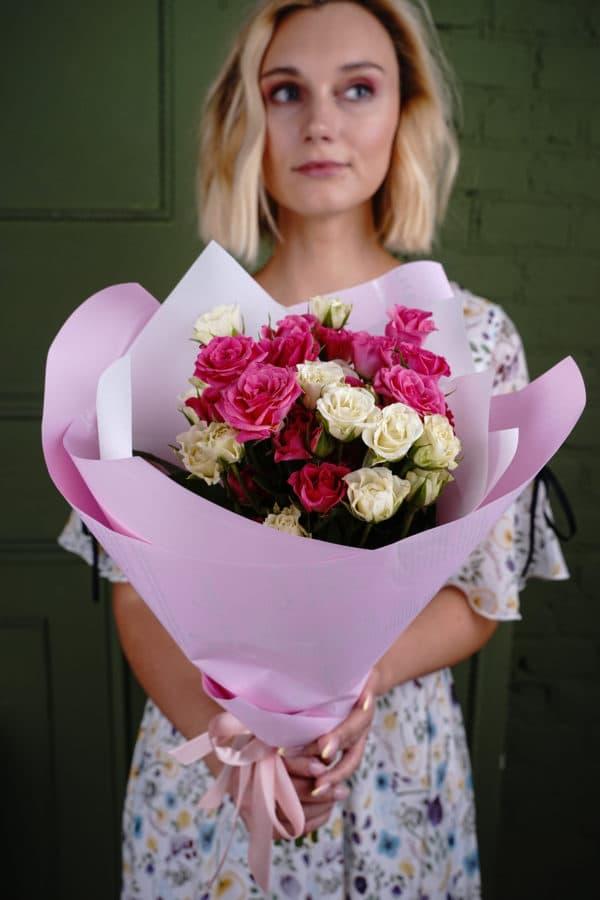 Букет из 9 кустовых роз бело-малиновые