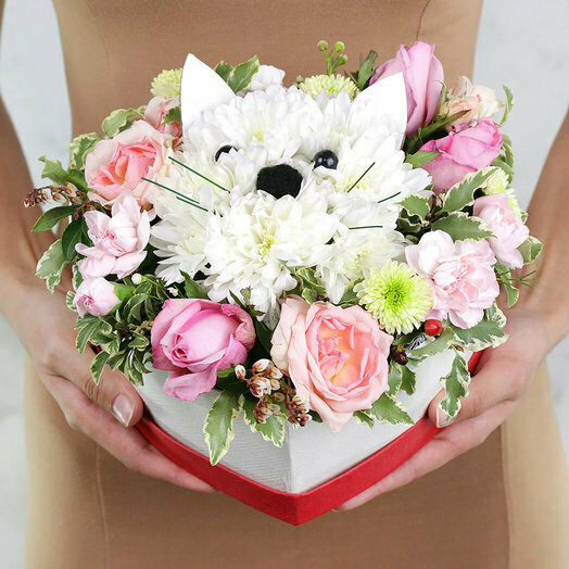 Композиция котик из хризантем и роз в сердце