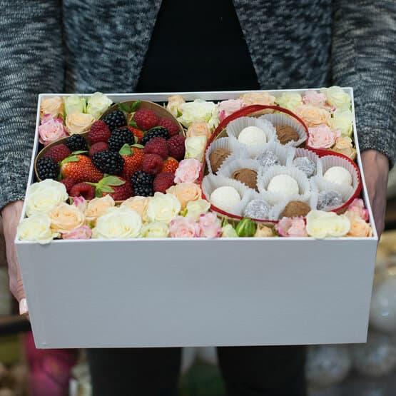 Коробка с цветами, ягодами и конфетами Формула любви