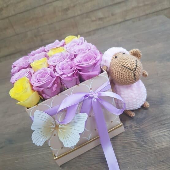 Коробочка роз с игрушкой ручной работы