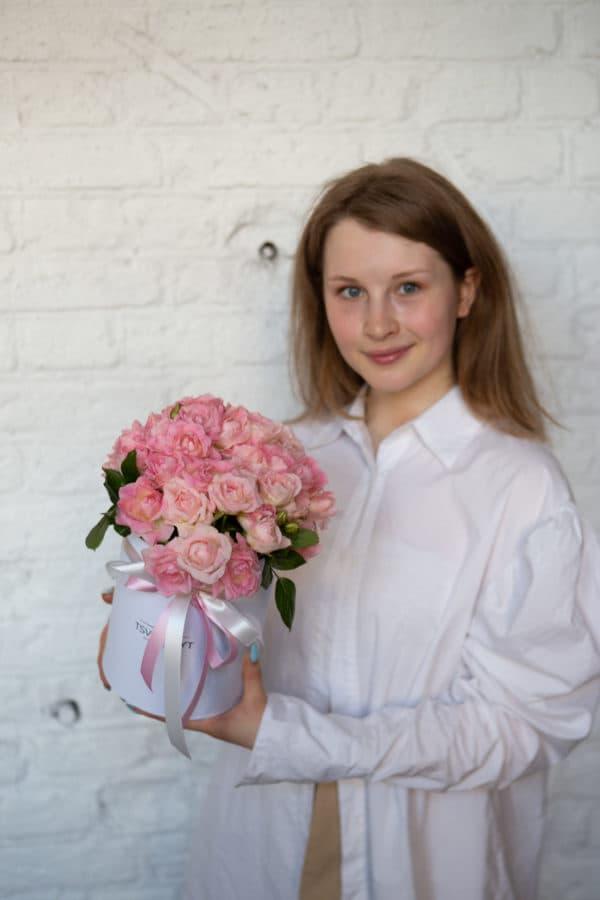 Маленькая коробка с 11 кустовыми розовыми розами