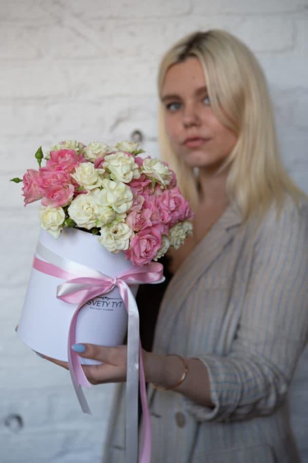 Маленькая коробка с 11 кустовыми розами