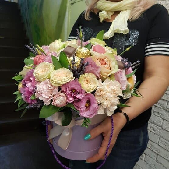 Необыкновенная коробка цветов с любимыми сладостями