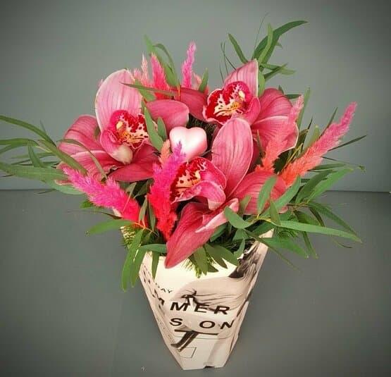 Орхидеи с сердечком в стильной коробочке
