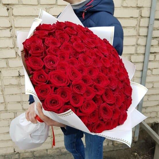 Шикарный букет алых роз
