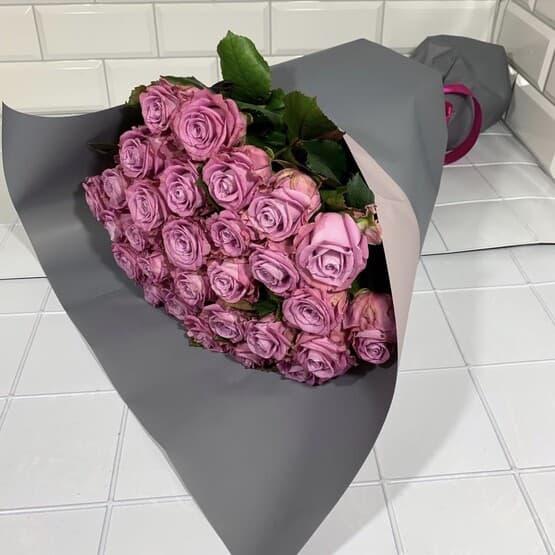Стильный букет сиреневых роз