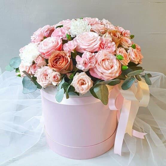Цветочная композиция из роз в шляпной коробке с лентами