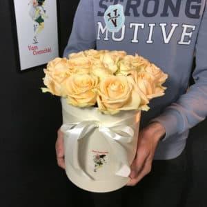 Коробочка из 19 кремовых роз
