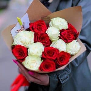 Букет из 15 роз, красных и белых