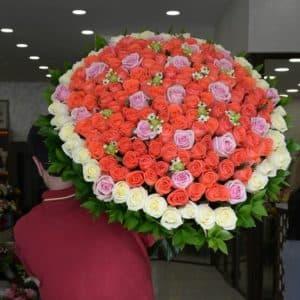101 роза в ленте: цвет настроения!