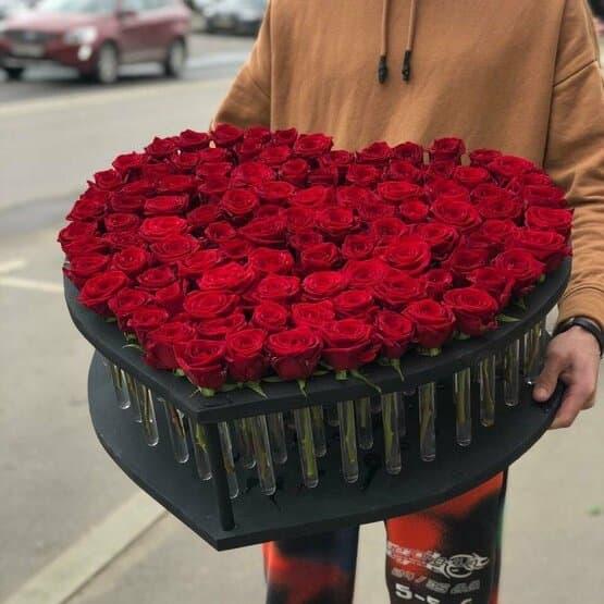Сердце из 101 свежей розы